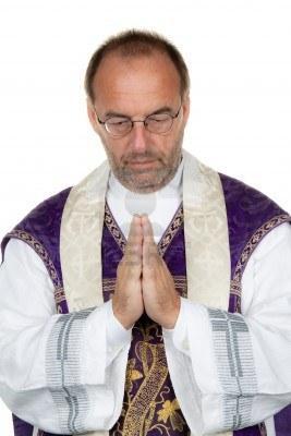 9445447-un-pretre-catholique-en-priant-sur-un-fond-blanc.jpg